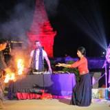 Purnama Seruling Penataran sukses digelar dan memukau ribuan penonton.(Foto : Malik Naharul/BlitarTIMES)