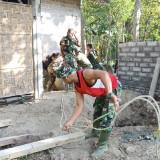 Satgas TMMD Kodim 0808/Blitar di Desa Karangbendo membangun jamban bagi warga kurang mampu