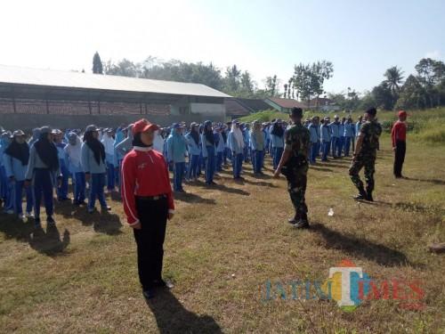 Siswa baru SMAN 1 Tanggul saat mendapat pelatihan disiplin dari anggota Yonif R 515  Tanggul (foto : istimewa / JatimTIMES)