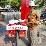 Sukarji, salah satu penjual es drop yang masih eksis di Blitar.(Foto : Malik Naharul/BlitarTIMES)