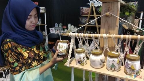 Toples-toples plastik berhias decoupage menjadi pilihan banyak perempuan karena keindahannya. (Foto: Nurlayla Ratri/MalangTIMES)