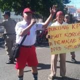 Aksi demo tunggal Direktur LSM Gempur (Foto Heru Hartanto / SitubondoTIMES)