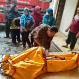 Bastomi yang baru saja di evakuasi diperiksa tim medis, hasilnya dinyatakan tewas karena Tersengat arus listrik / Foto : Anang Basso / Tulungagung TIMES