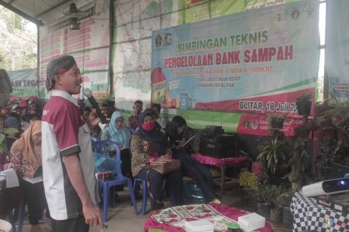 Bimtek Bank Sampah di TPA Tegalasri. (Foto: Aunur Rofiq/BlitarTIMES)