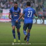 Dedik Setiawan dan Sylvano Comvalius saat merayakan gol melawan Persipura (official Arema FC)