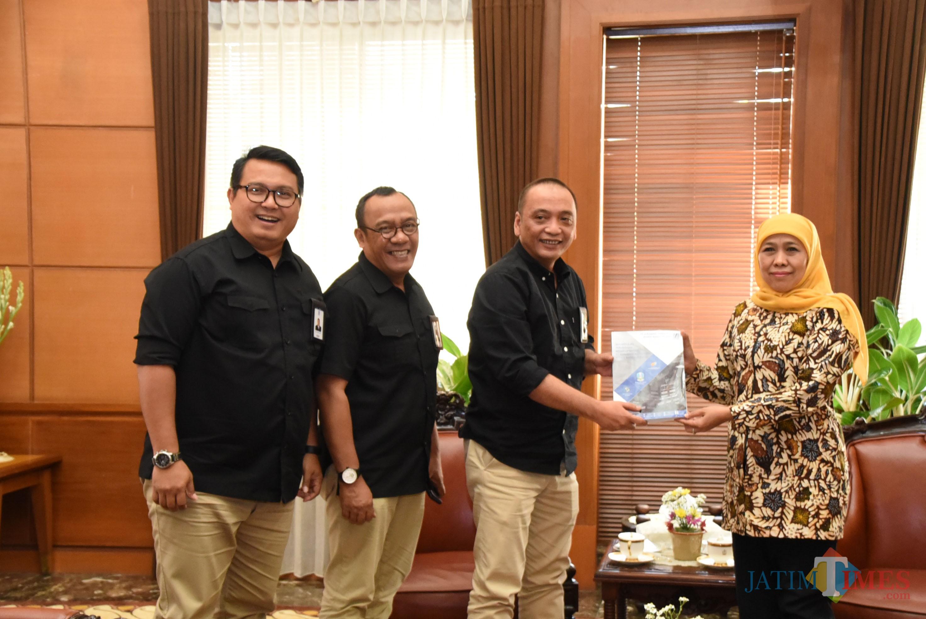 Gubernur Khofifah (kanan) saat menerima audiensi dari direksi PT SIER di Kantor Gubernur Jatim.