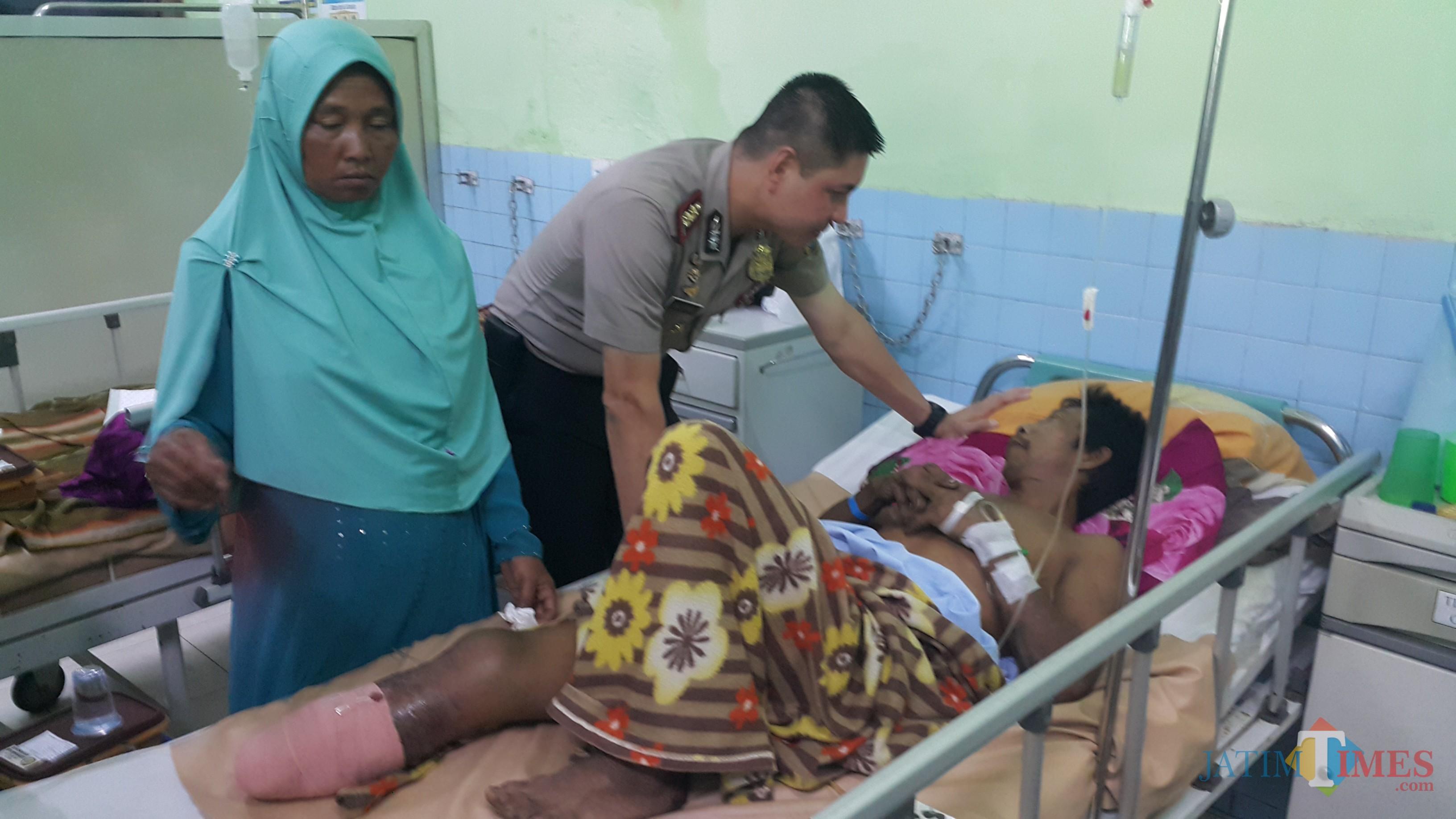 Kapolres Probolingg Kota AKBP Alfian Nurrizal, saat menjenguk korban ledakan Matsuli di RSUD dr M Saleh, beberapa hari lalu (Agus Salam/Jatim TIMES)