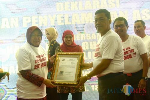 Kejati Jatim Sunarta ketika menyerahkan aset ke Wali Kota Surabaya Tri Rismaharini