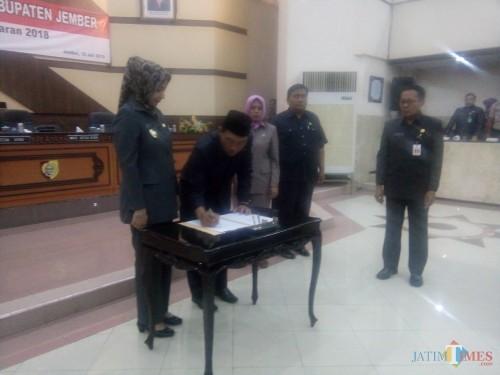 Ketua DPRD Jember Pujo Ardi Prabowo dan Bupati Jember dr. Hj. Faida MMR saat menandatangani Perda LPP APBD 2018 (foto : Moh. Ali Makrus / JatimTIMES)