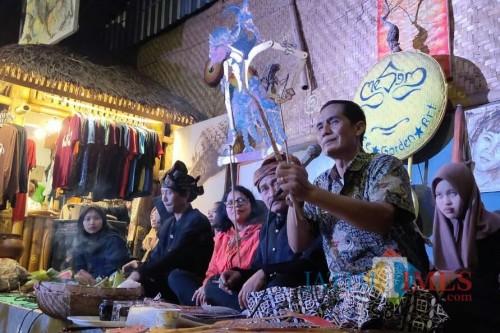 Mengenal wayang Malangan dalam acara Padhang Bulan Candi Jago di Mesem Cafe Art and Gallery Tumpang. (Foto: Nurlayla Ratri/MalangTIMES)