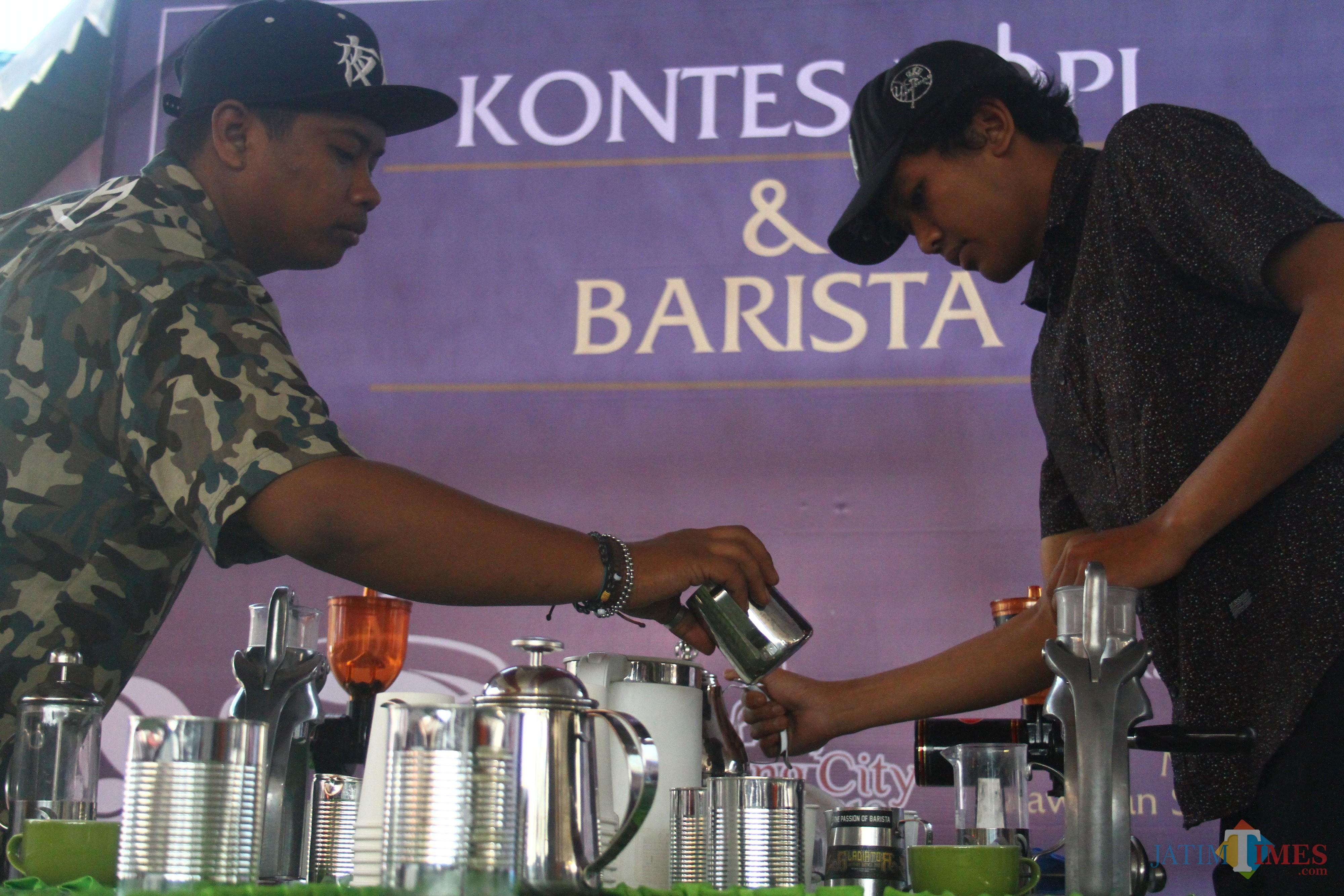 Para peserta Kontes Kopi dan Barista 2019 di Kota Malang tengah beradu membuat latte art. (Foto: Nurlayla Ratri/MalangTIMES)