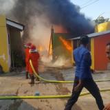 Petugas damkar tengah berusaha memadamkan api yang membakar gudang penyimpanan kardus dan plastik (Agus Salam/JatimTIMES)