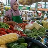 Salah satu aktivitas pedagang cabai di Pasar Oro- Oro Dowo Kota Malang. (Arifina Cahyanti Firdausi/MalangTIMES)