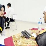 Salah satu calon Duta PTKIN saat melakukan tes bahasa asing dalam PIONIR ke-9 2019 di UIN Malang. (Foto: Humas)
