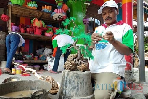 Salah satu warga saat memanfaatkan popok bekas untuk replika bonsai di Desa Torongrejo, Kecamatan Junrejo.