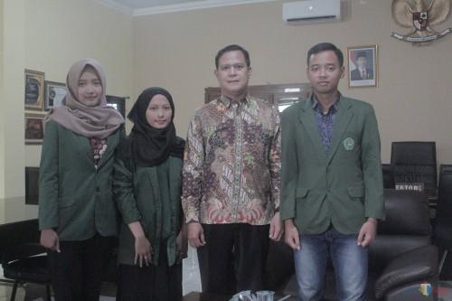 Wakil Rektor III Unisba Blitar Hery Suprayitno bersama tiga mahasiswa Akuntansi yang meneliti perblantikan hewan.(Foto : Aunur Rofiq/BlitarTIMES)