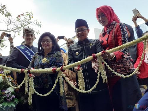 Wali Kota Malang Sutiaji (tengah berkopiah) saat membuka gelaran Malang City Expo 2019 di Stadion Gajayana, Kamis (18/7). (Arifina Cahyanti Firdausi/MalangTIMES)