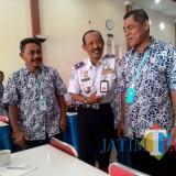 Hafi Lutfi, kepala Dishub Kabupaten Malang, bersama para sopir dalam acara pembinaan beberapa waktu lalu. (dok MalangTIMES)