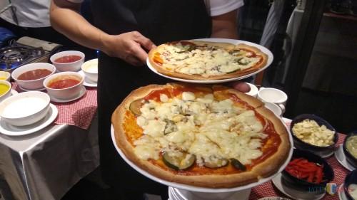 Hidangan pizza dan pasta dari tujuh negara di Amerika dan Eropa yang disajikan Skyroom Cafe, Hotel The 1O1 Malang OJ. (Foto: Nurlayla Ratri/MalangTIMES)
