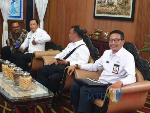 Kepala DPKPCK Kabupaten Malang Wahyu Hidayat (kanan)
