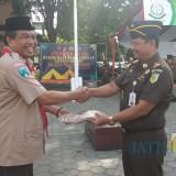 Kepala Dinas Pendidikan Jawa Timur di Banyuwangi Istu Handono menyerahkan seragam pramuka kepada Kepala kejari Banyuwangi, Adonis