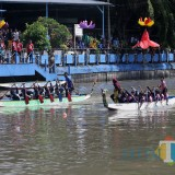 Lomba dayung Perahu Naga and Game di Sungai Kalimas