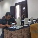 Pelaku UKM yang bergerak di bidang kerajinan daur ulang sampah mendapat pelatihan di Kota Malang. (Foto: Nurlayla Ratri/MalangTIMES)