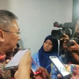 Penasihat KPK Budi Santoso (baju batik) saat diwawancarai wartawan. (Foto Heru Hartanto / Situbondo TIMES)