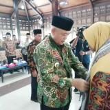 Plt Bupati Malang Sanusi menyematkan syal kepada perwakilan kafilah Kabupaten Malang yang akan berlaga di Porsadin IV Trenggalek, Jatim. (Nana)