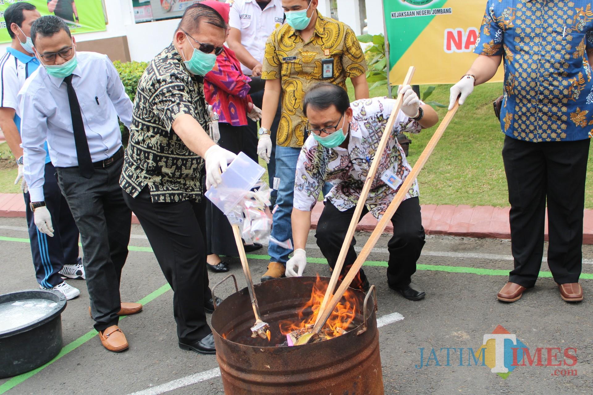 Proses pemusnahan barang bukti narkoba dengan cara dibakar di Kejaksaan Negeri Jombang. (Foto : Adi Rosul / JombangTIMES)