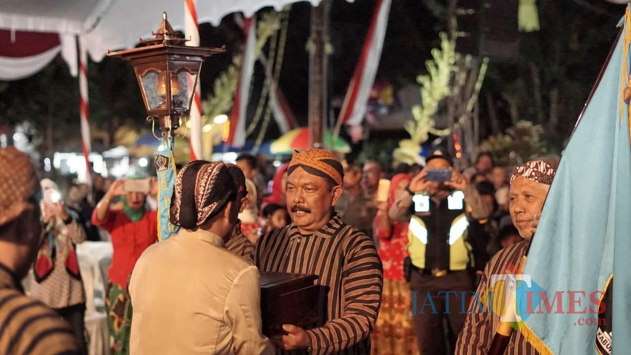Rombongan Kirab Hambangun Praja saat tiba di Candi Simping Kademangan.(Foto : Malik Naharul/BlitarTIMES)