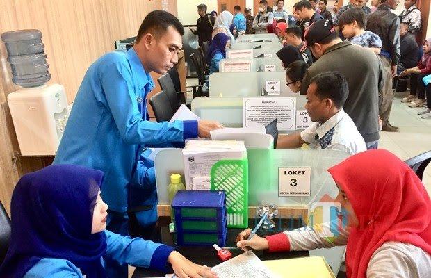 Suasana warga Kota Batu saat mengurus administrasi diDinas Kependudukan dan Catatan Sipil (Dispenduk Capil) Kota Batu. (Foto: Irsya Richa/MalangTIMES)