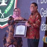 Wakil Bupati Lumajang Ir. Indah Amperawati ketika menerima penghargaan (Foto : Moch. R. Abdul Fatah / Jatim TIMES)