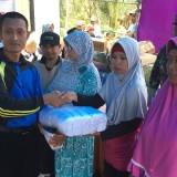Beberapa warga saat menerima bantuan secara simbolis. (Foto: Irsya Richa/MalangTIMES)