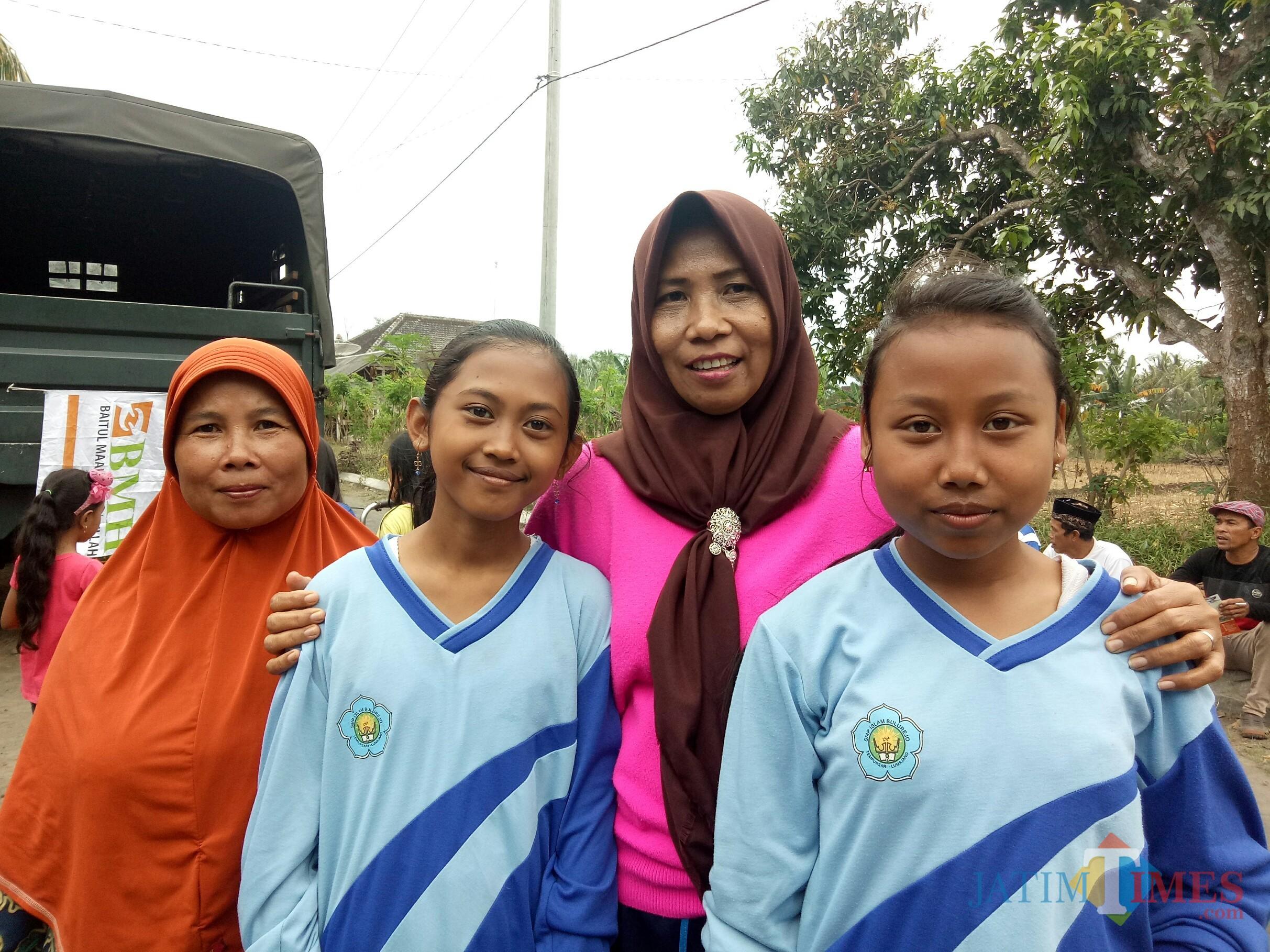 Guru PAUD Lebaksari, Lasmiati (di antara anak SD, urutan kedua dari kiri). (Foto: Imarotul Izzah/MalangTIMES)