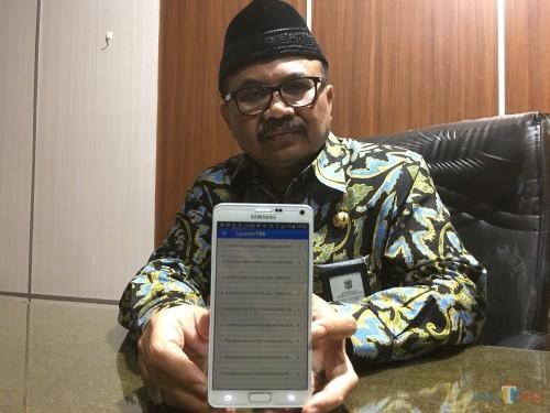 Kepala Bapenda Kabupaten Malang, Dr Purnadi saat menunjukkan aplikasi pembayaran pajak (Foto : Ashaq Lupito / MalangTIMES)