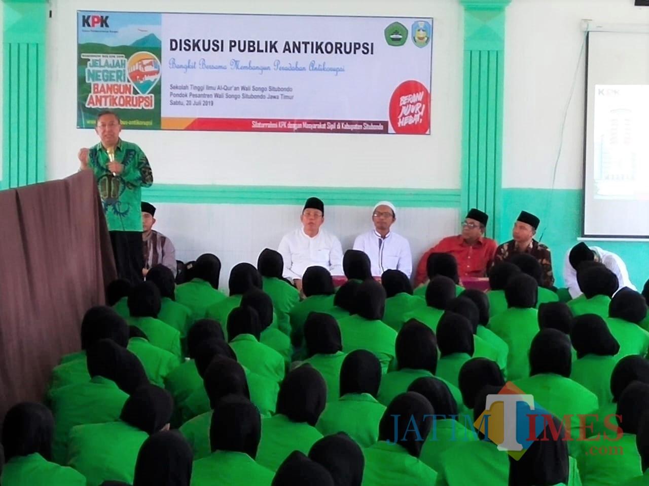 Penasehat KPK baju Batik hijau saat melakukan Diskusi Publik bersama mahasiswa-mahasiswi Pondes Wali Songo (Foto Heru Hartanto / Situbondo TIMES)