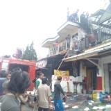 Petugas beserta warga saat berupaya memadamkan kebakaran (Foto : PPBK Kabupaten Malang for MalangTIMES)
