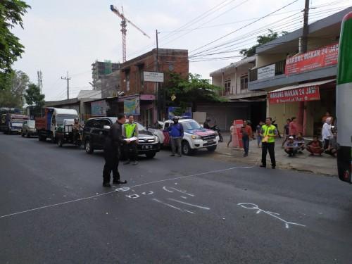 Petugas yang tengah melakukan olah TKP (Unit Laka)