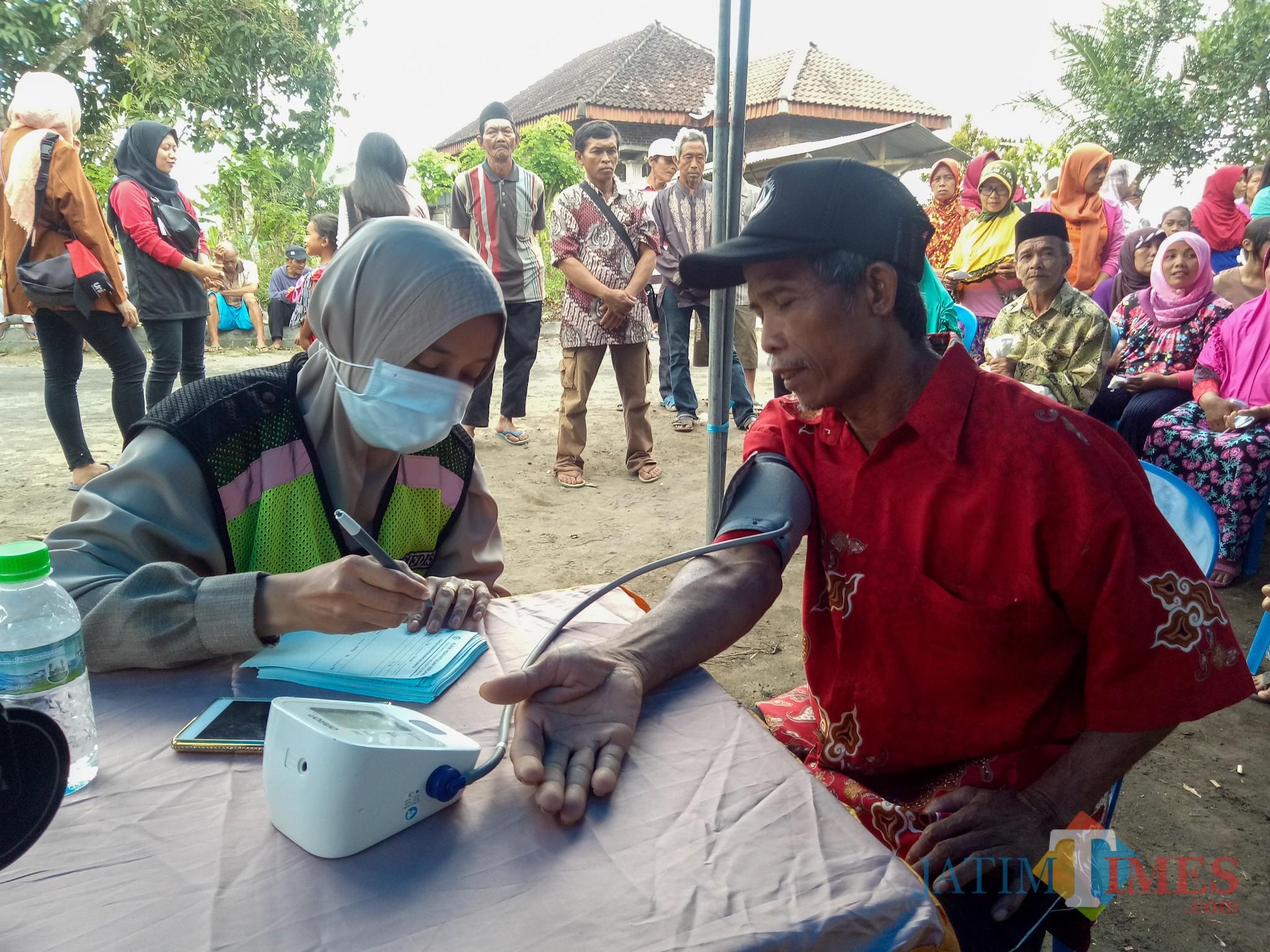 Salah satu warga dusun Lebaksari yang menjalani pemeriksaan kesehatan. (Foto: Imarotul Izzah/MalangTIMES)