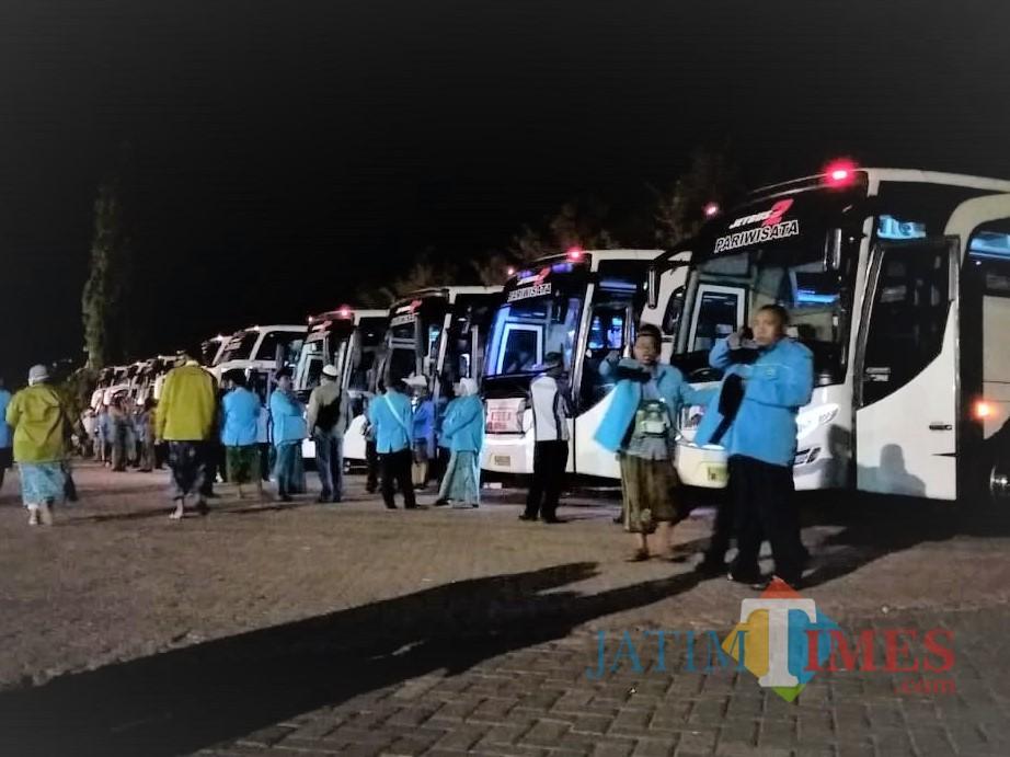 Situasi pemberasngkatan CJH Situbondo di halaman belakang kantor Pemkab Situbondo (Foto Heru Hartanto/SitubondoTIMES)