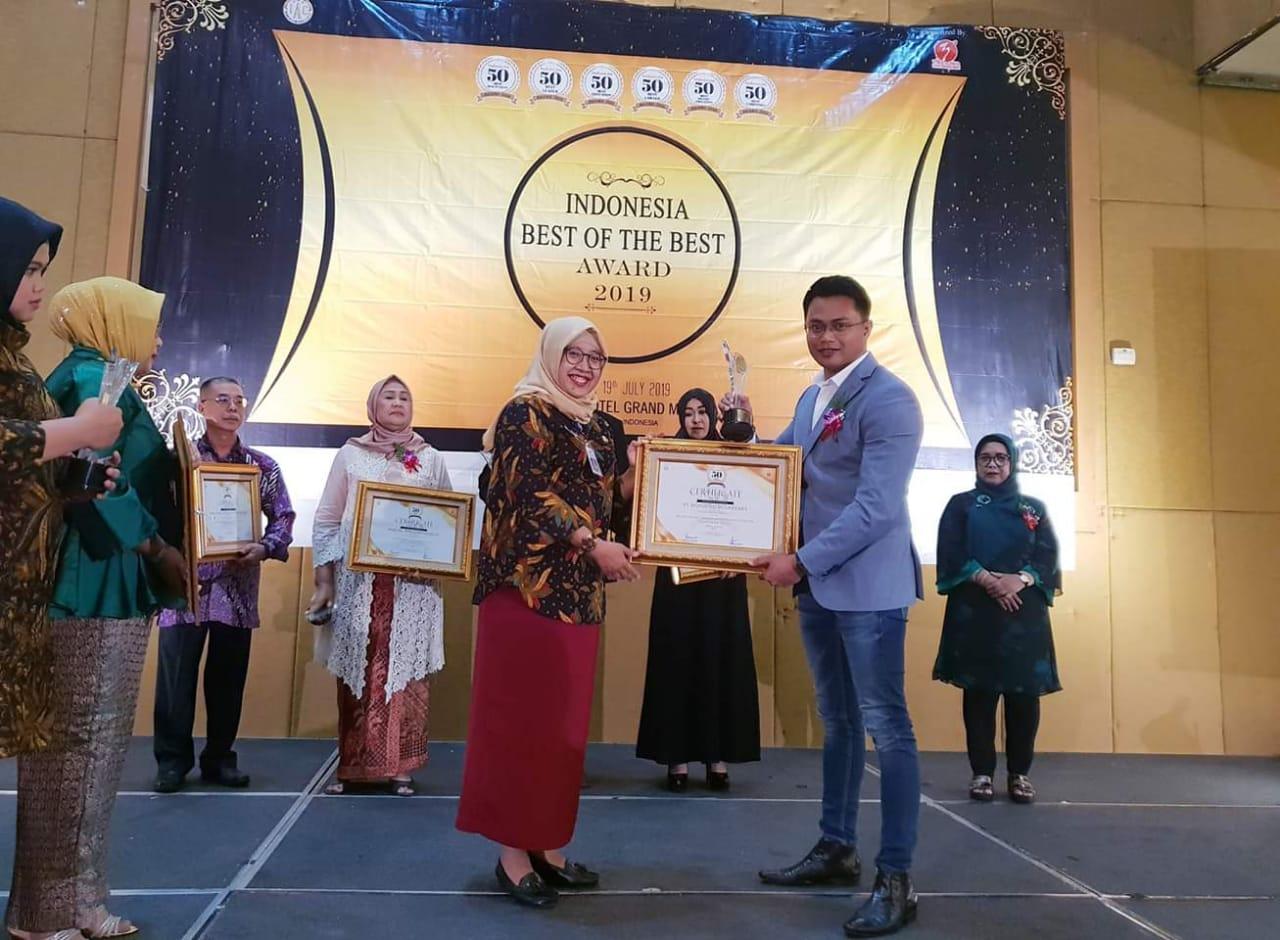 Bos Perum Green Stone Halim Sanjaya (kanan) saat menerima penghargaan nasional atas kesuksesannya membangun bisnis property di kampung halamannya sendiri di Tegalgondo Kabupaten Malang. (Foto : Istimewa)
