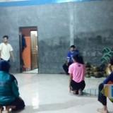 Beberapa orang sedang berlatih di Padepokan Gunung Ukir, Desa Torongrejo,Kecamatan Junrejo.
