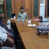 Delegasi APD Nusantara (kiri) saat sowan Kyai Tanjung.(Foto : Aunur Rofiq/BlitarTIMES)