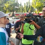 Epi Handayani, koordinator Bus KPK Jelajah Negeri Bangun Anti-Korupsi, saat diwawancarai wartawan di lokasi deklarasi. (Foto Heru Hartanto / Situbondo TIMES)