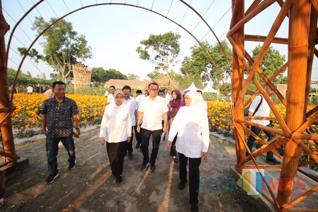 Gubernur Jatim Khofifah Indar Parawansa bersama Bupati Kediri Hj Haryanti Sutrisno mengunjungi Desa Wisata di Papar Kabupaten Kediri. (eko Arif s /JatimTimes)