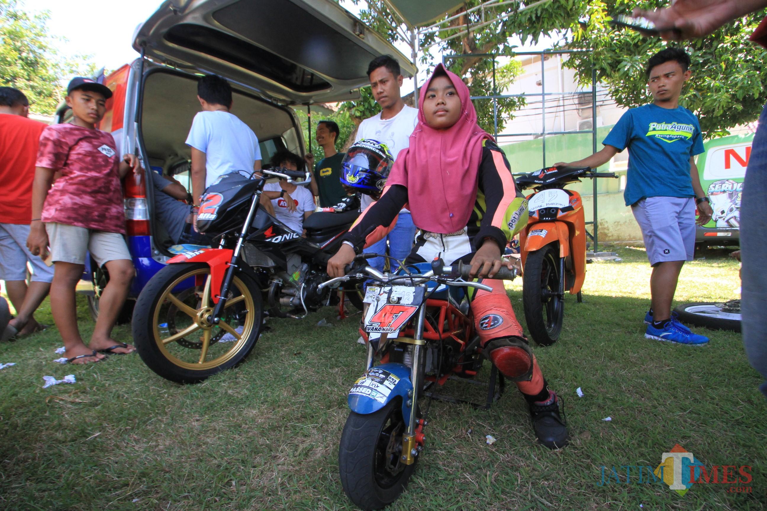 Ifana Hani Atira , pembalap cilik sesaat sebelum bertanding (Agus Salam/Jatim TIMES)