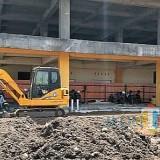 Kepala DPKPCK Kabupaten Malang Wahyu Hidayat saat meninjau langsung pembangunan pasar modern tahun lalu. (dok MalangTIMES)