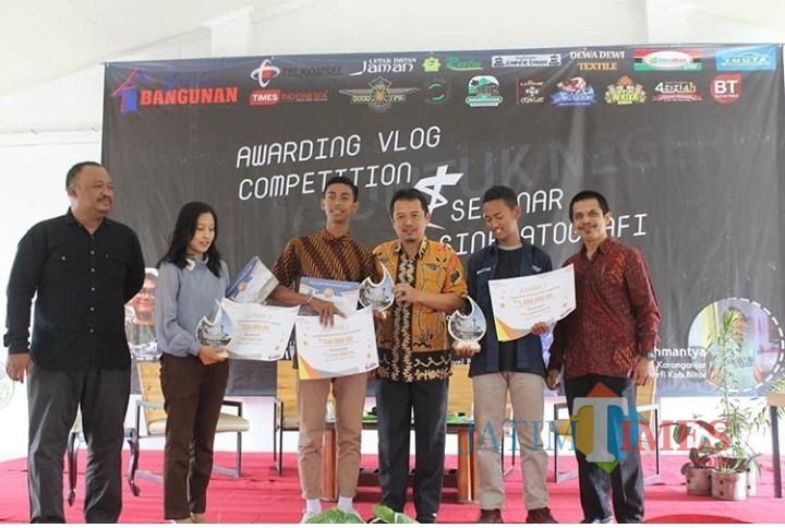 Kepala Dinas Kominfo Pemkab Blitar Eko Susanto (tengah) bersama pemenang Lomba Vlog Competition Argia Academy