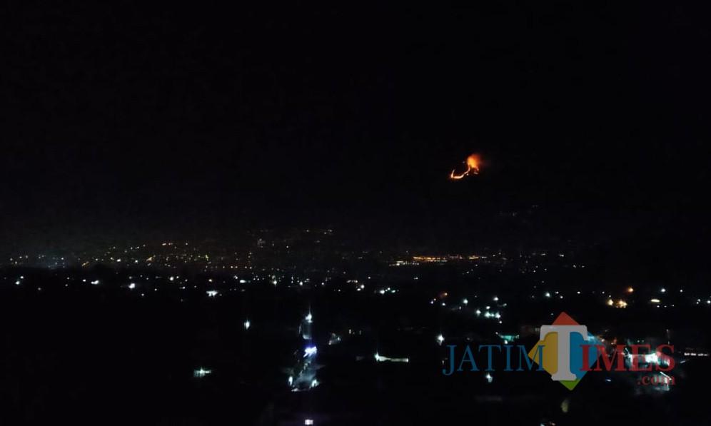 Penampakan dari kejauhan kebakaran di Lereng Gunung Panderman. (Foto: Istimewa)